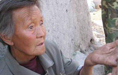 """75岁的张淑兰老人说,8年了,每隔几天他(她的儿子)就要打我,轻的要面壁、打耳光,重的就让我跪砖头,甚至还用铁棒子打我、用三角带抽我,我手腕都被他踢折,现在骨头都变形了。"""".jpg"""