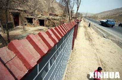 甘肃永靖竖起两公里文化墙遮掩农村贫困,当地政府为了面子特意修了这面遮羞墙。有钱修墙,为什么没有钱修房.jpg