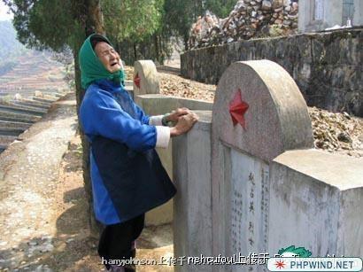 一位因为家境贫困没有路费,在多次向其乡政府请求路费无结果后,在儿子牺牲20年后才第一次攒够钱去陵园探望儿子的母亲,这是她第一次来,也许是最后一次了.jpg