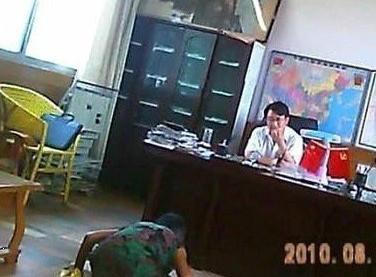 农妇在乡长办公室下跪.jpg