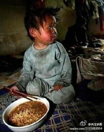 """记者在中国一贫困山区采访时拍摄的一张照片----记者对孩子的母亲说:尽量让孩子少吃这些油炸的速食垃圾食品。孩子的母亲说""""没关系,不经常吃。但是每年都会给孩子煮一次,因为今天是孩子的生日,其实我们根本舍不得吃""""。.jpg"""