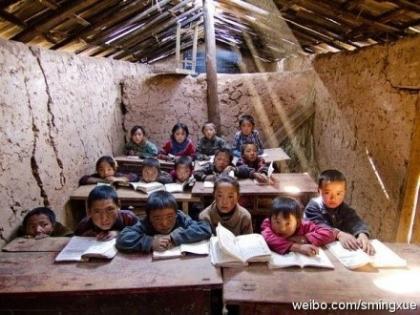 中国著名航天城背后另一番景象:在距离中国著名航天城直线距离不到10公里的地方,发现了另一番景象。如此简陋的教室,就独处在航天城附近,中国花费巨资打造著名航天城时,为什么没有顺便盖座学校.jpg