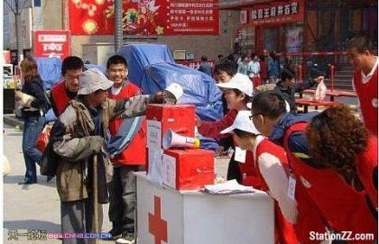 看见了么这是一个乞丐,他把自己辛辛苦苦讨来养活自己的钱都这么毫不犹豫的捐了。可是旁边的大学生在笑什么.jpg