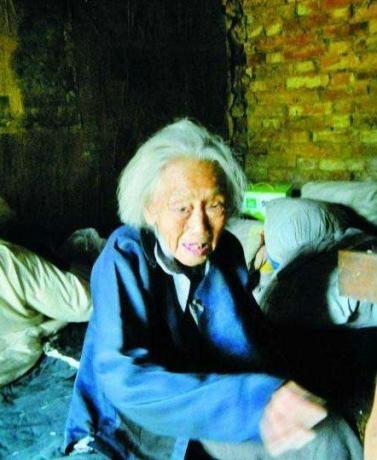 在洛阳市嵩县库区乡,现年93岁老人王五玉养有5个子女,但晚年的她却遭受孩子的虐待,住危房、没饭吃。而目前,老人再次被遗弃到了破烂的小屋内,原因是贾贵有的妻子不同意赡养老人。.jpg