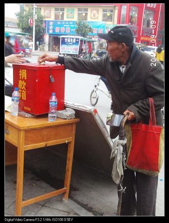 看见了么这是一个乞丐,他把自己辛辛苦苦讨来养活自己的钱都这么毫不犹豫的捐了。.jpg