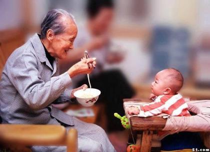 爷喂孙子吃饭 长大了孙子会不会给爷爷饭吃.jpg