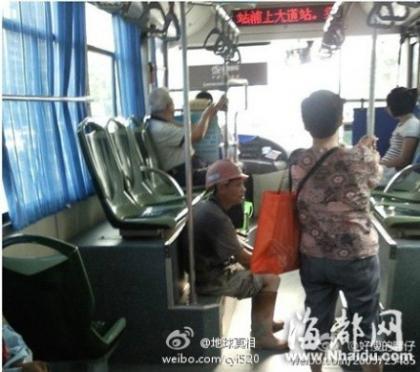 这是发生在福州321路公交车上的一幕:12日下午大概2点多,一位民工兄弟上了公交车,可能天气太热或者刚完工吧,他满身大汗,后背衣服全部湿掉了,脚上的鞋也带着很多泥。上车后他犹豫了一下就坐在那个台阶上了。.jpg