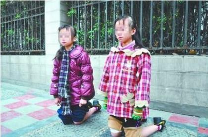 双胞胎姐妹作业不认真 被罚当街裸膝下跪.jpg