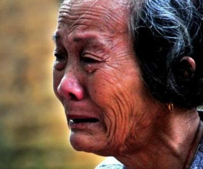 她,就是把自己8个亲生子女告上法庭,索取赡养费的楼角村民林玉珍。69岁高龄的她,虽有8个家境不错的孩子,本该安享晚年,却过着吃了上顿不知下顿在何处的日子,一个人借住在阴暗潮湿的泥砖屋里.jpg