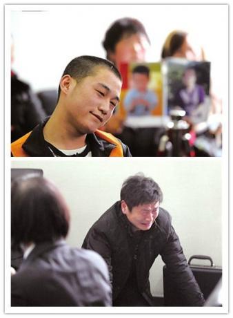 90后搬运工砍死一对母子 法庭上微笑求死,2012年3月1日,北京,被害人家属给法官下跪请求重判杀人者。.jpg