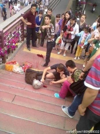 那么多的摊位,为什么收的偏偏是她的 中国城管 你们在管什么.jpg