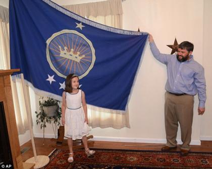 男子沙漠插旗建国自封国王 只为圆女儿公主梦